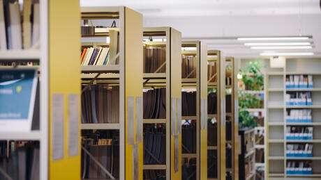Hyllor med böcker