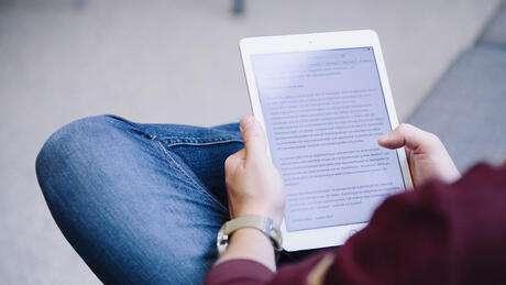 Student som läser av en iPad